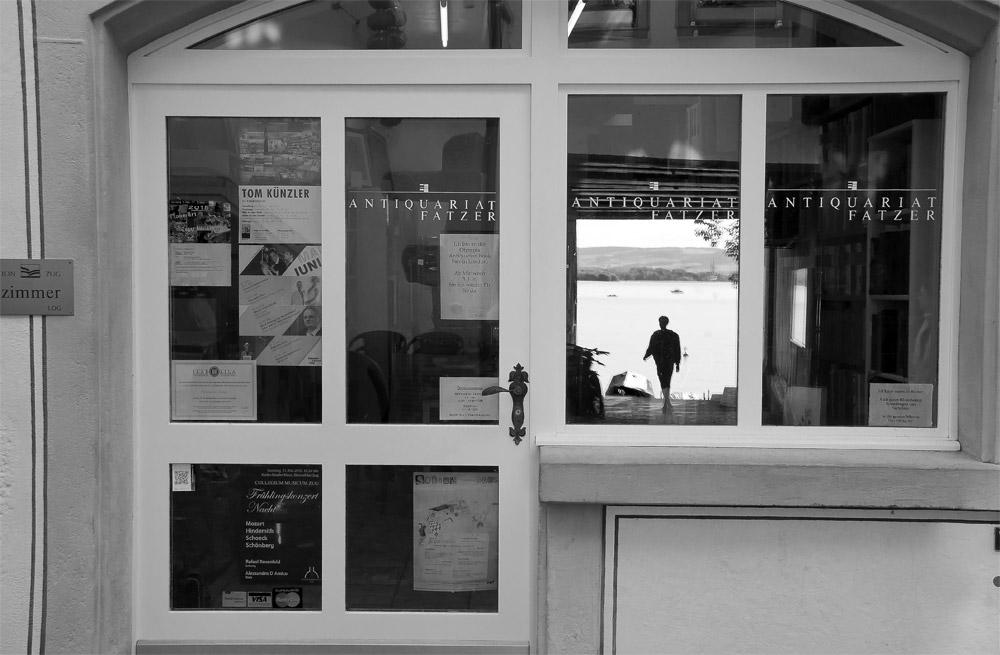 Altstadt Zug - Spiegelung im Schaufenster