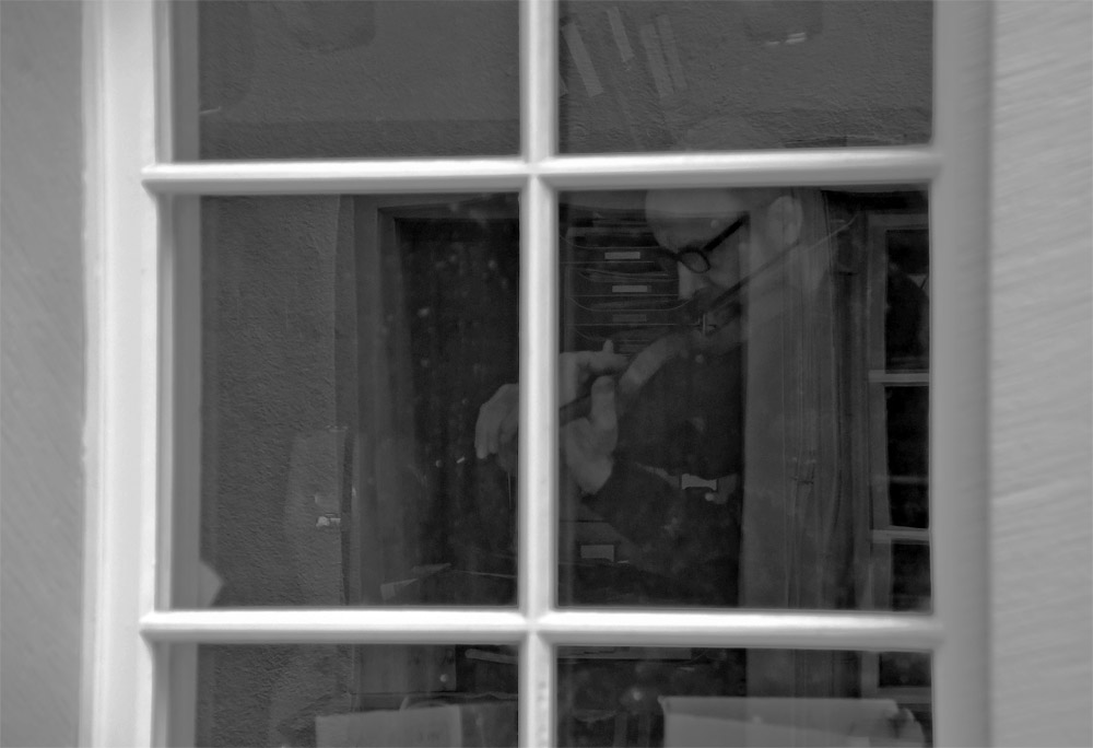 Geigenspieler im Fenster
